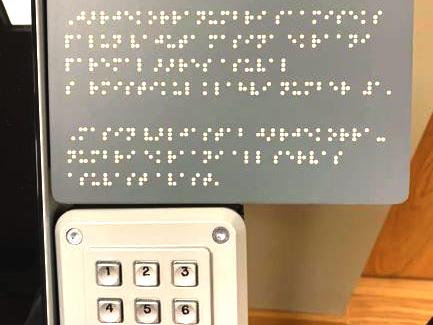 Vaabel Puutetundliku ekraaniga jarjekorraaparaadil on sormistikuga lisapaneel mille kohal braille ehk punktkirjas selgitus vaegnagijale oma j 1